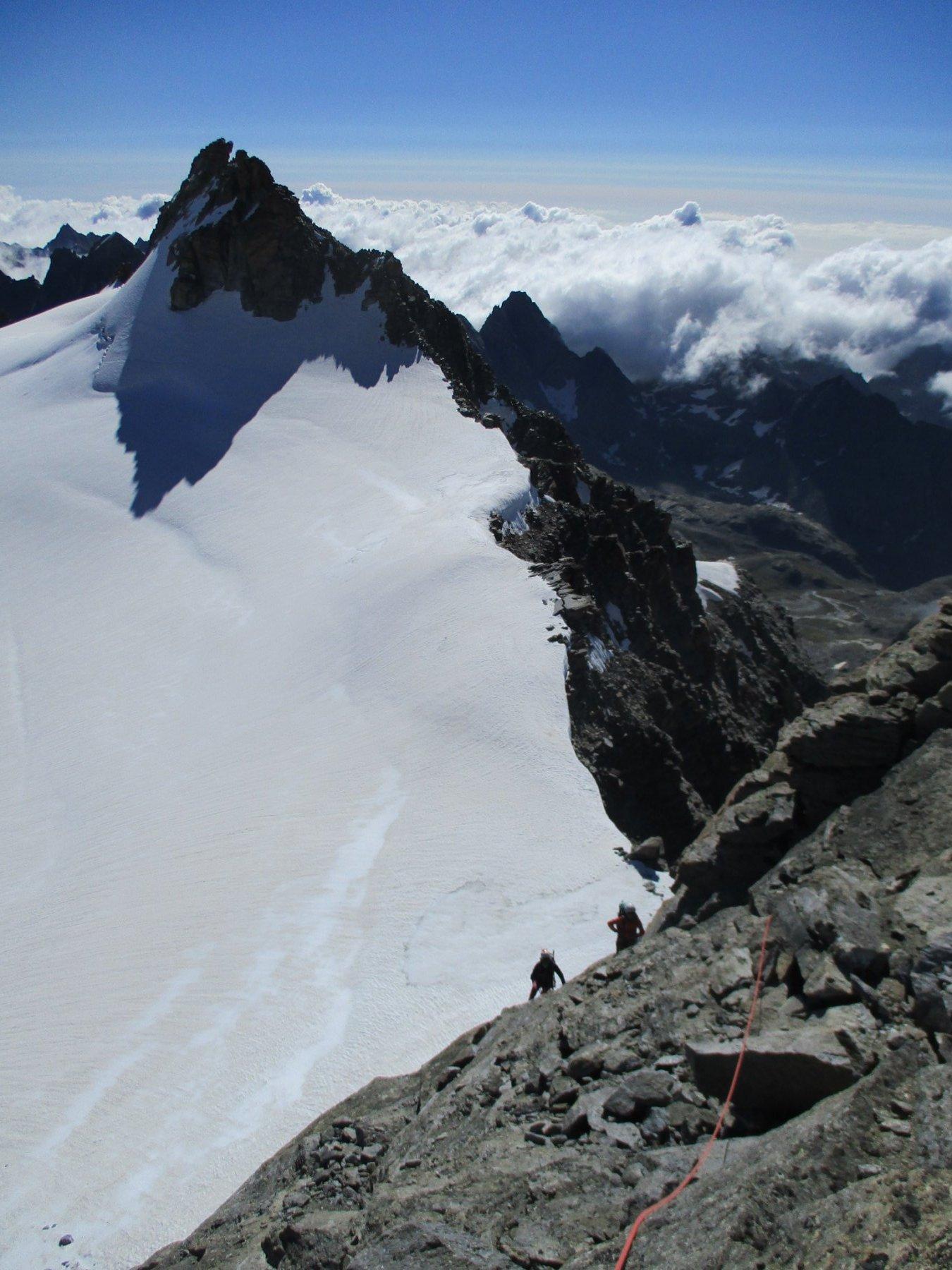 si arrampica lungo la cresta, sullo sfondo la Ceresole....