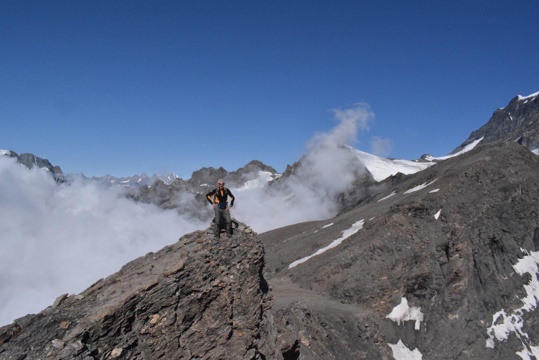 La Tete Blanche sulla destra, con la cresta di discesa verso il colle di By