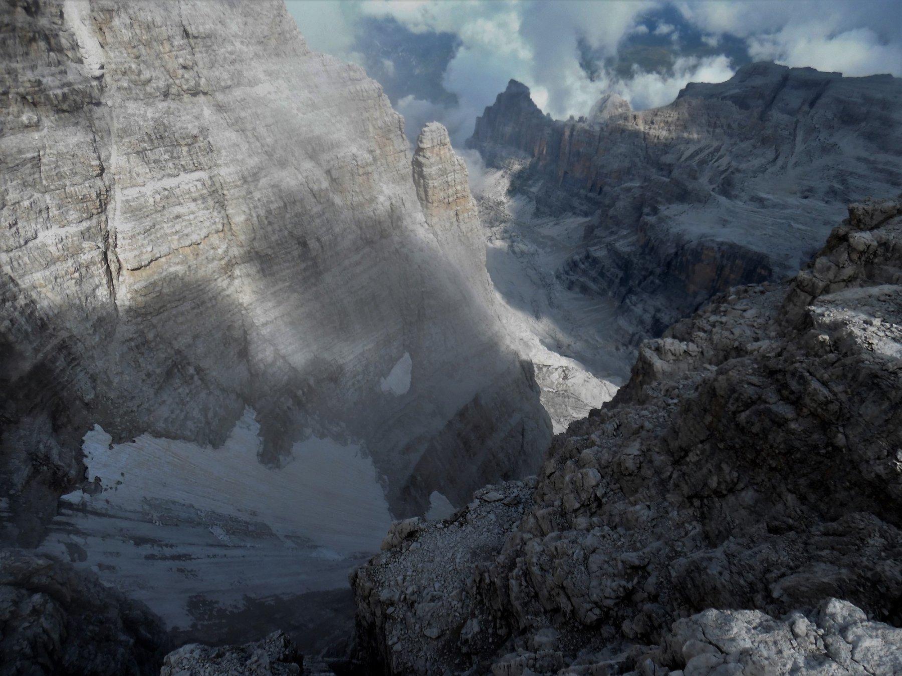 Dalla cima, lingua di ghiaccio verso la vedretta e Castelletto Inferiore all'ombra