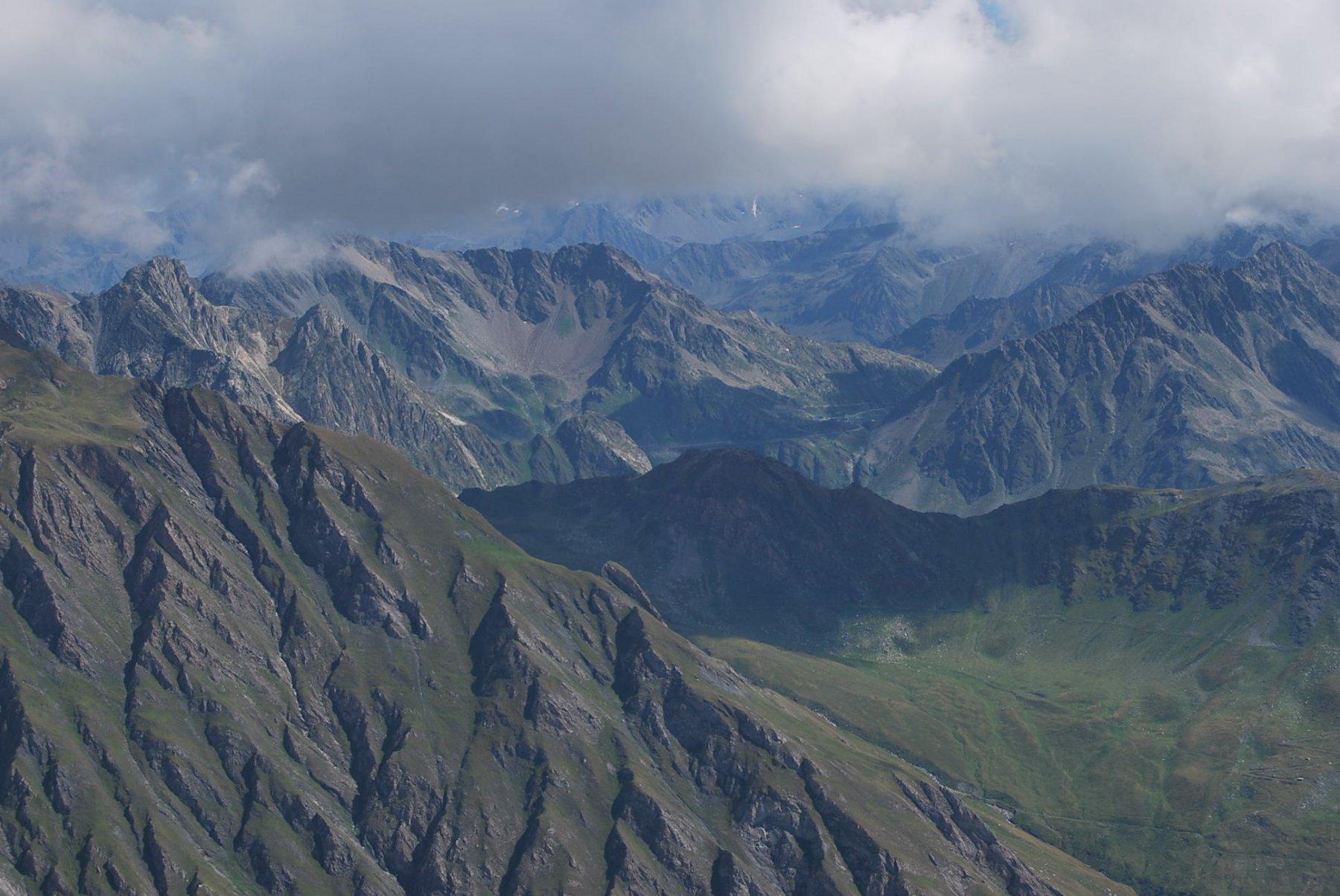 Notevole il panorama nonostante la nuvolosità: Comba di Thoules, Mt Rodzò e Colle Gran San Bernardo