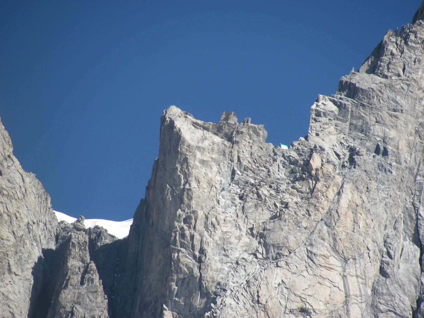 il bivacco Canzio (m, 3820), (visibile a ds della foto) visto dal punto panoramico sopra il rifugio
