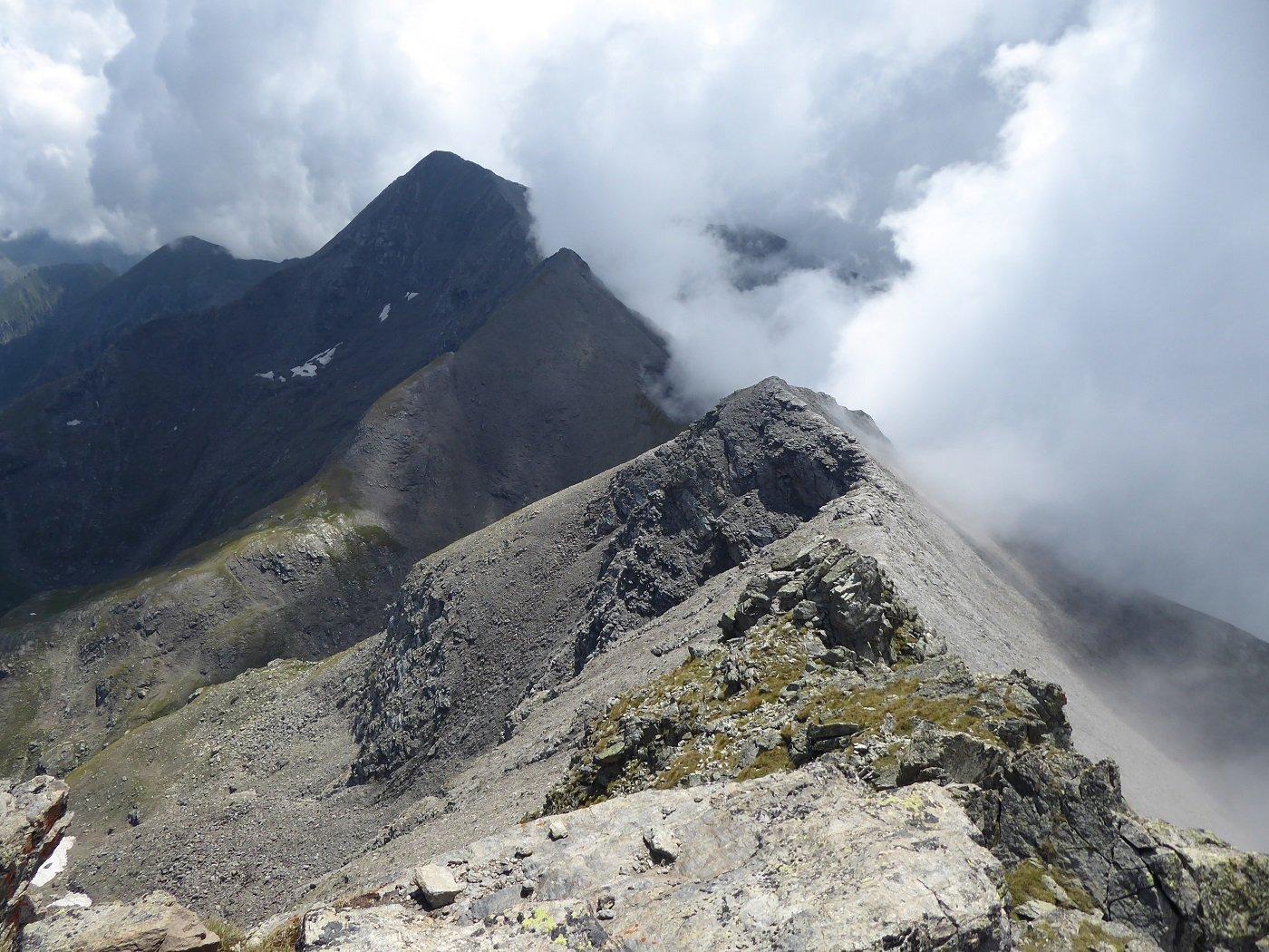 Dalla vetta sguardo verso il Palon con le nebbie in arrivo dalla Valle di Susa.