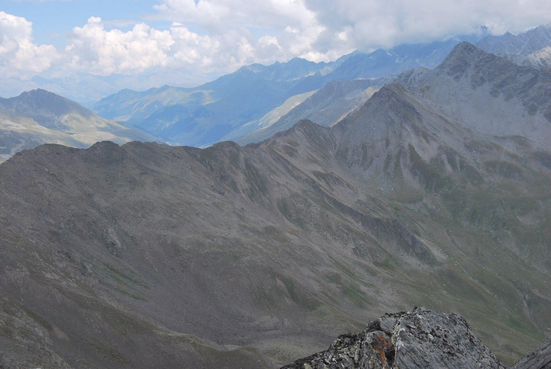 La cresta di confine che scende dalla Punta Barasson e risale al Mont de Menouve. L'intaglio è il Col Menouve Nord