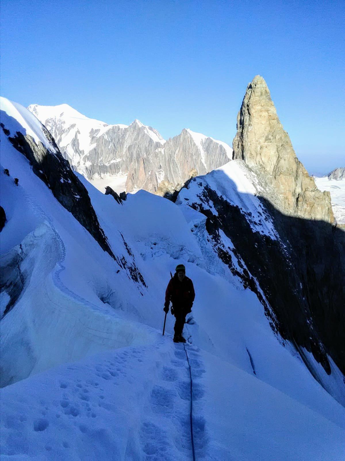 il tratto di cresta successivo allo scivolo che scende dalla quota 3933 m