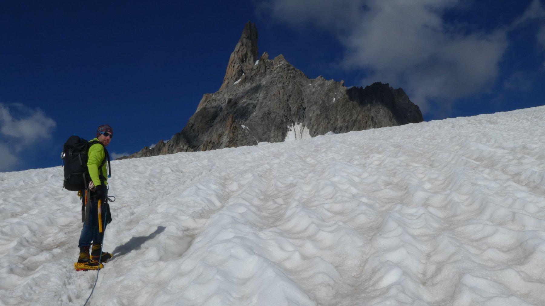 avvicinamento su ghiacciaio all'attacco del pendio/paretina rocciosa che porta alla Gengiva
