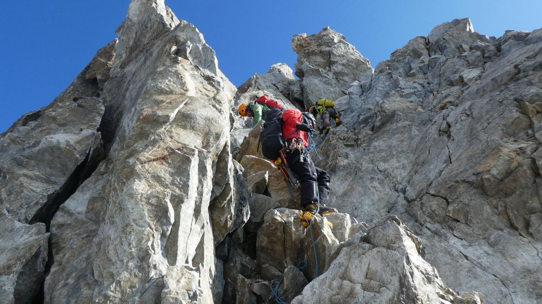 passaggi di arrampicata lungo la paretina rocciosa terminale