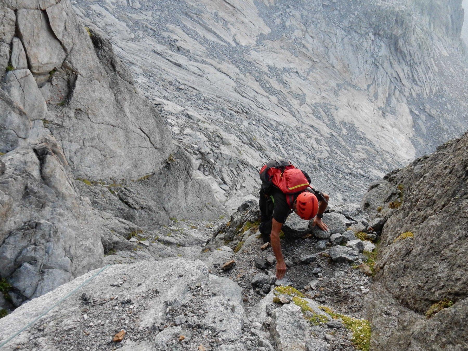 Salita  con attenzione nel canalino attrezzato con corda dove troviamo le rocce un po' bagnate.