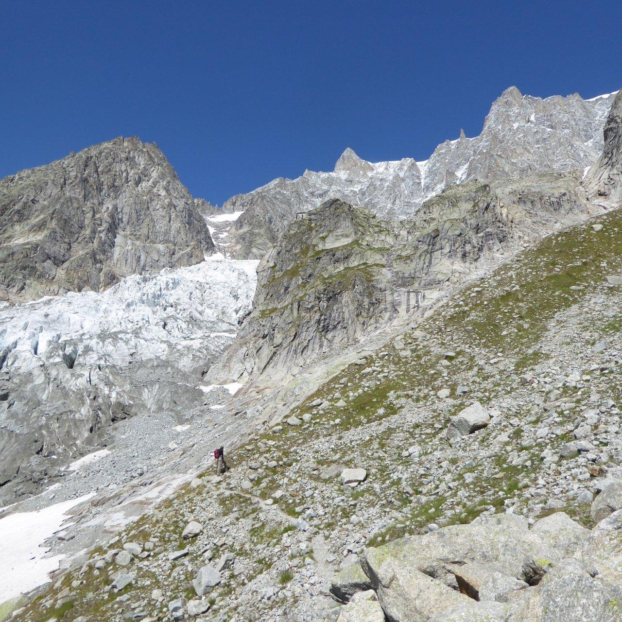 rifugio Boccalatte al centro della foto sul costolone roccioso