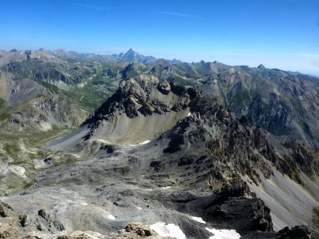 Magnifica vista sulla Rocca Bianca in primo piano e Monviso in lontananza