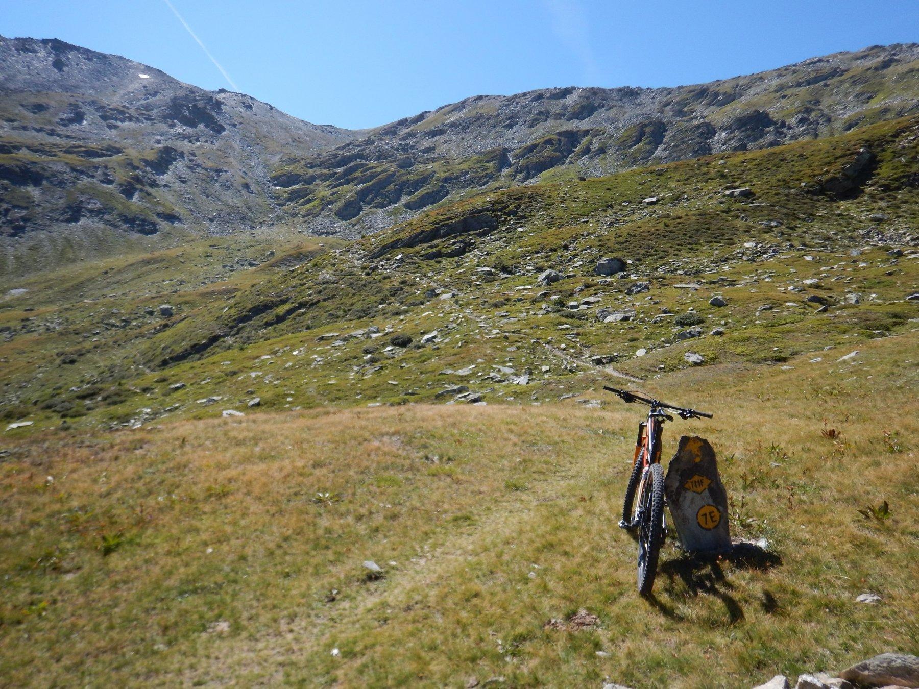 inizio sentiero, con colle e cima sullo sfondo