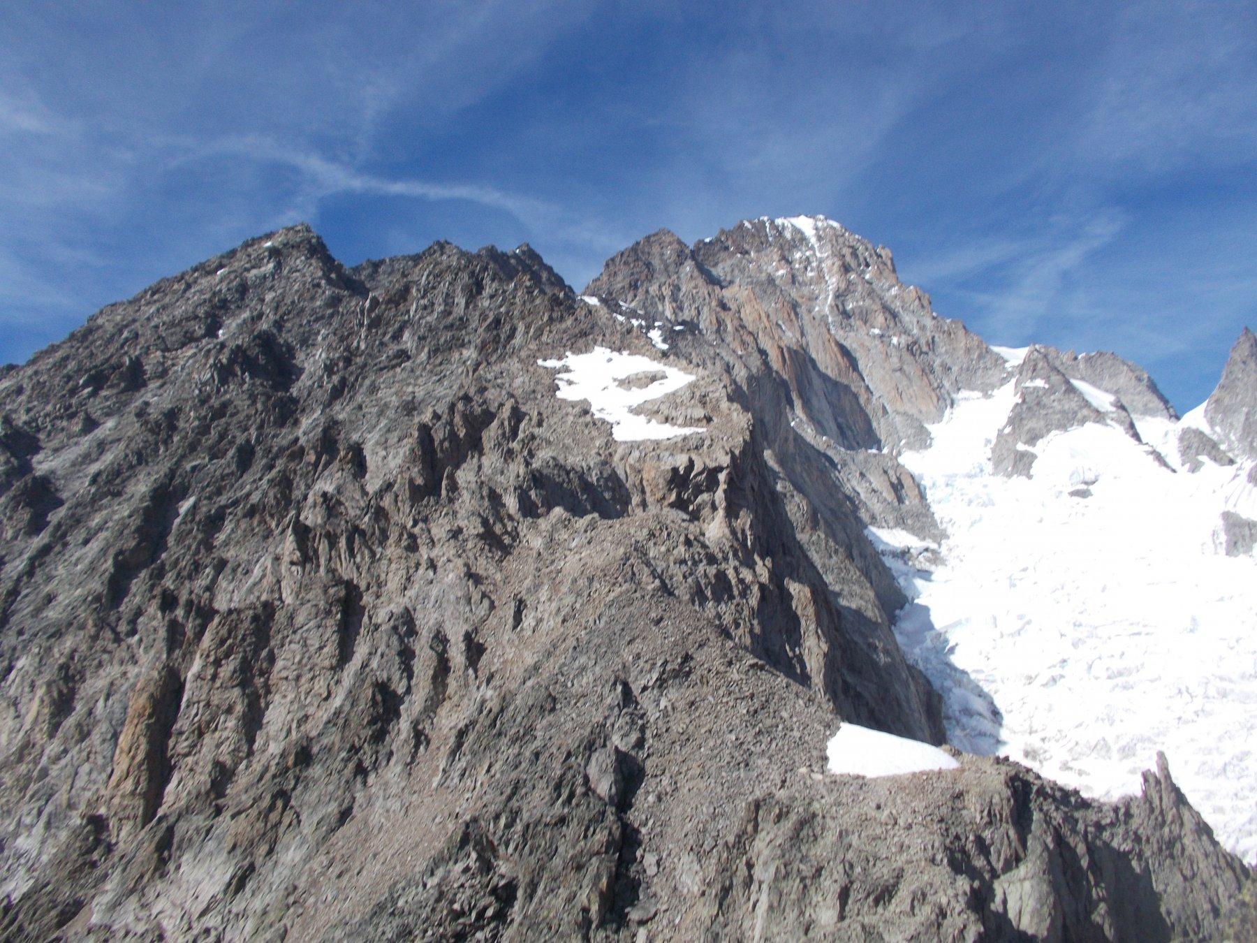ormai oltre le aig. Rouge du Brouillard con la meta ancora lontanissima in alto al fondo..