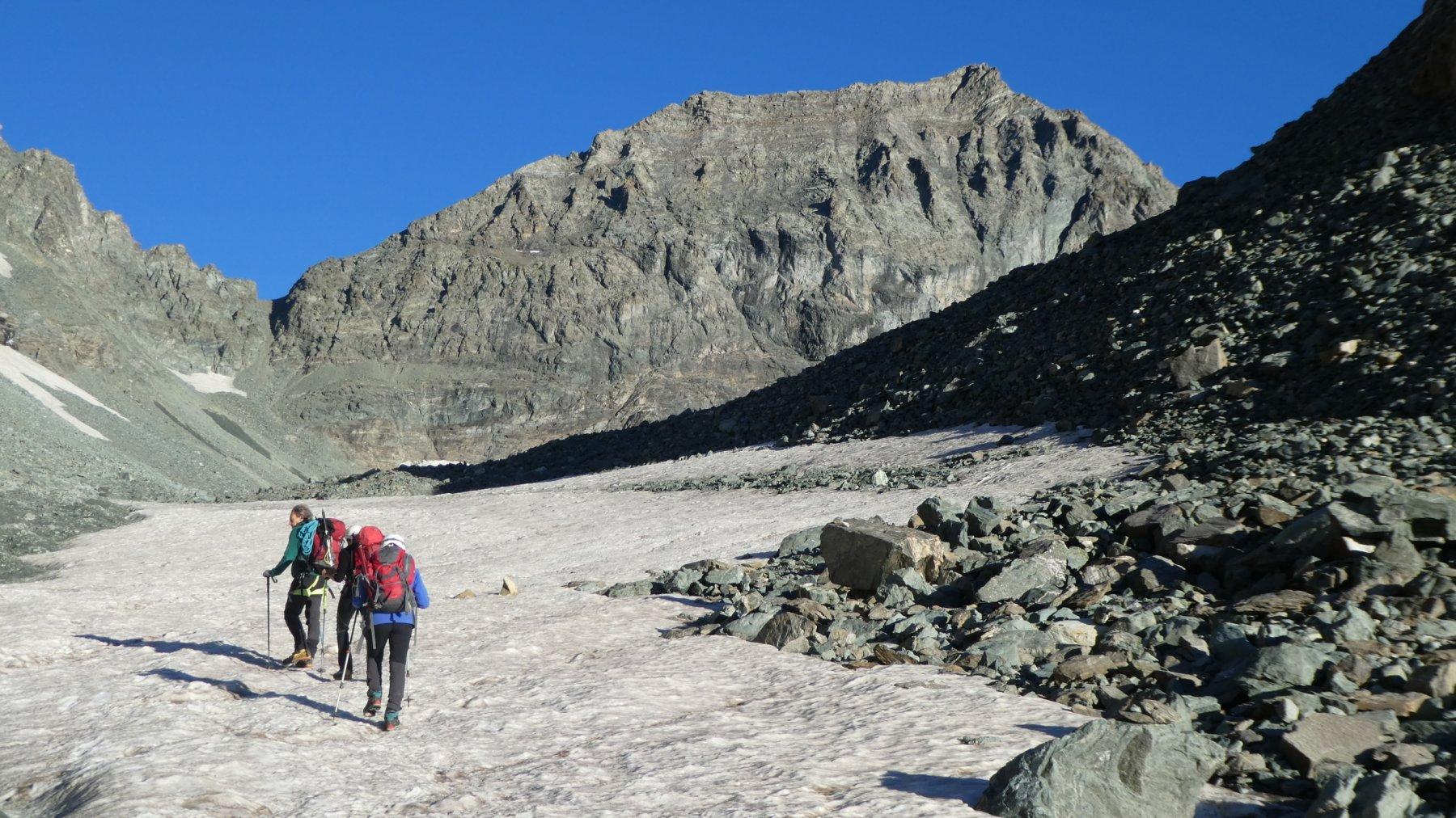 risalendo la parte alta del residuo di ghiacciaio del Pian Gias verso il Passo e la Punta Collerin