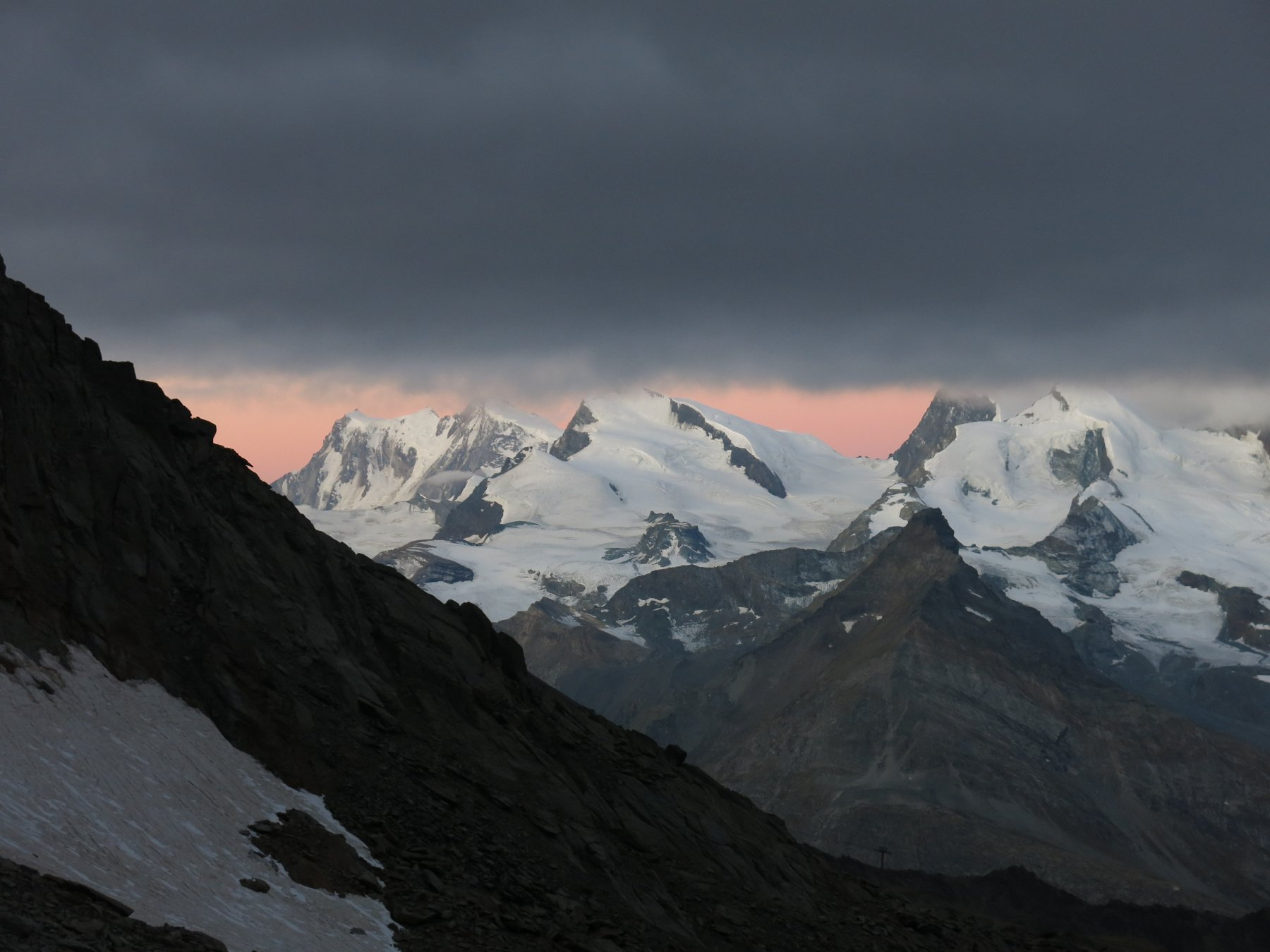 L'alba purtroppo si presenta così; le montagne resteranno incappucciate tutto il giorno...