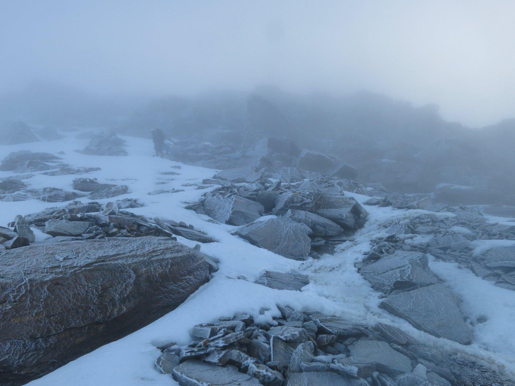 L'ambiente surreale incrostato di ghiaccio incontrato da quota 3750m