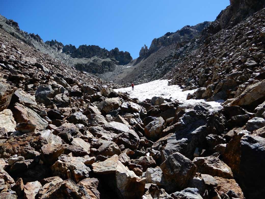 all'inizio del vallone finale e a destra l'intaglio del colle
