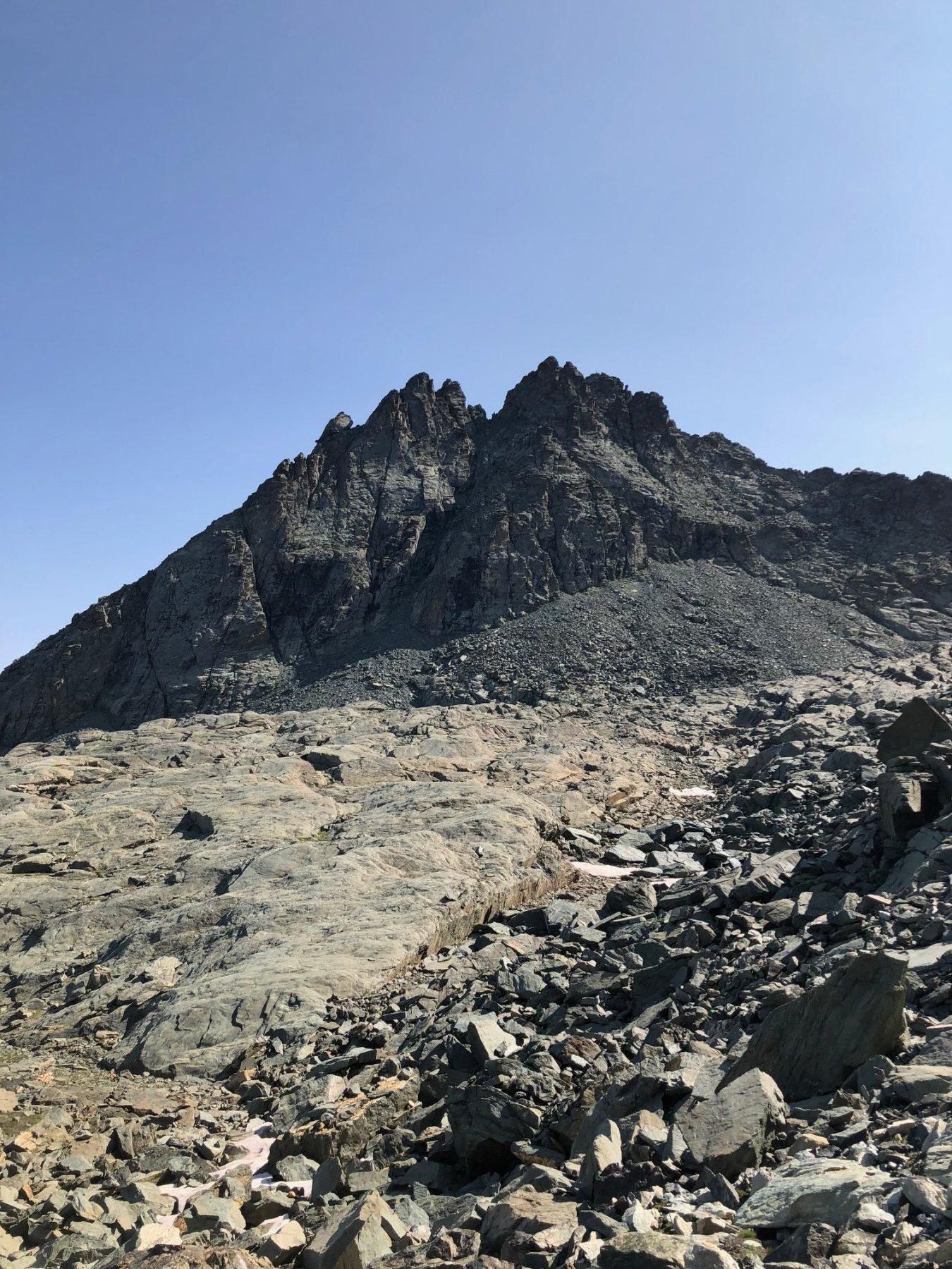 La bifida punta del Monte Granero con il canale di salita della via normale