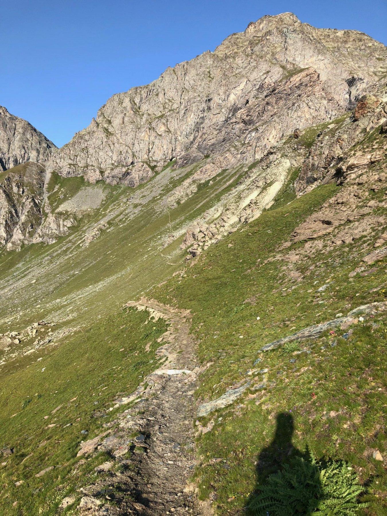 Il sentiero che dal Col D'armoine conduce verso il Buco di Viso con la Meidassa sullo sfondo.