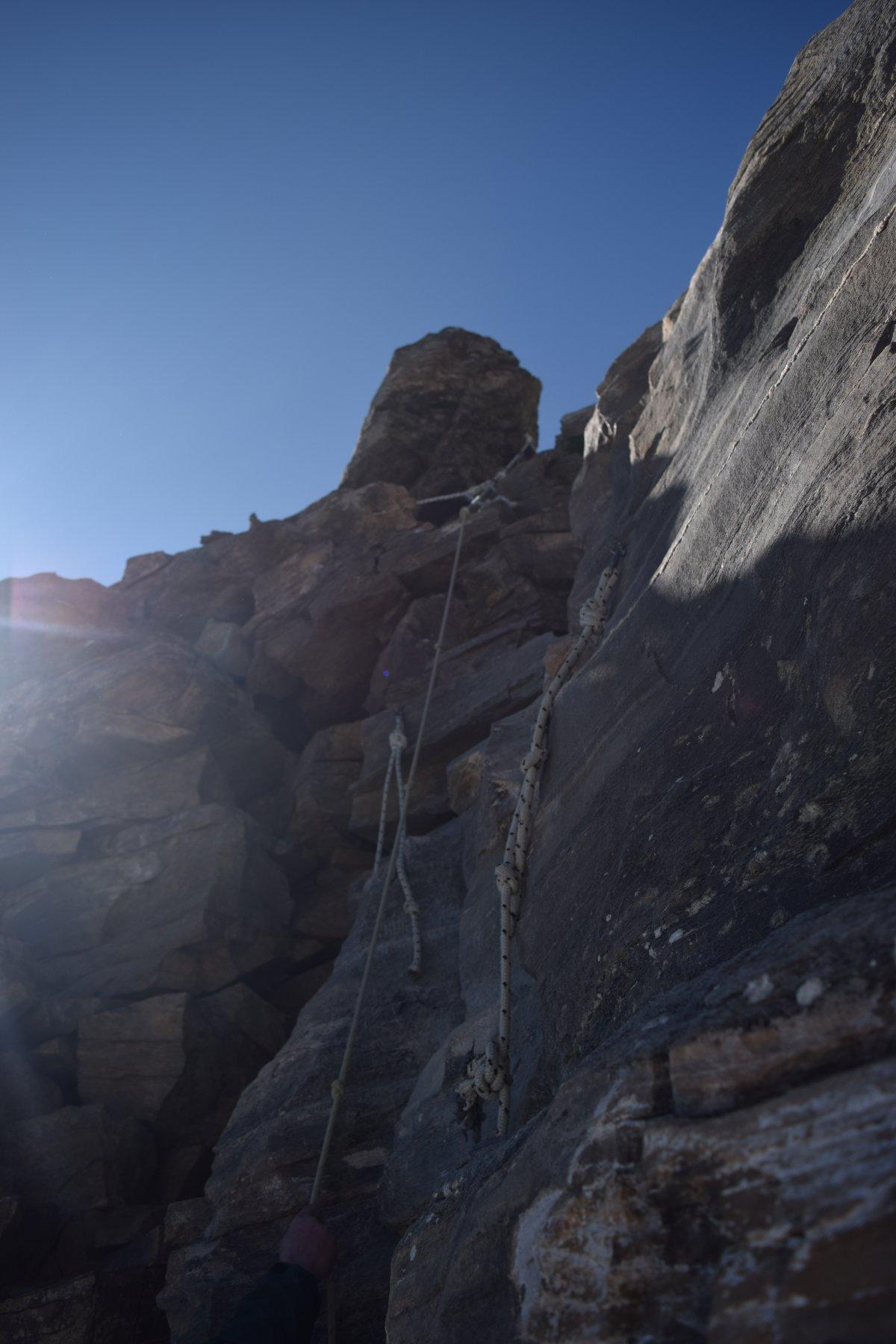 Ultmo pezzo di percorso con le corde per raggiungere la vatta di Punta Basei