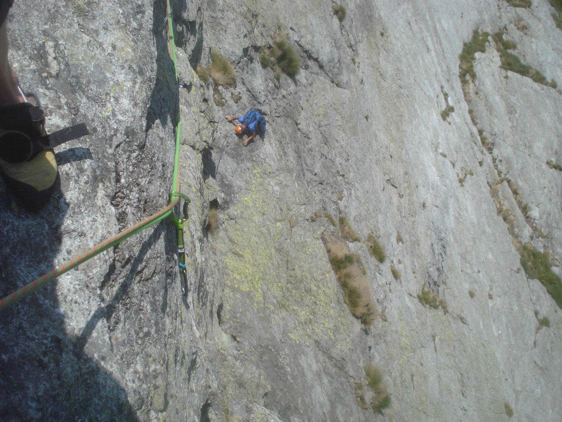 L8. Spigolo aereo su roccia molto bella