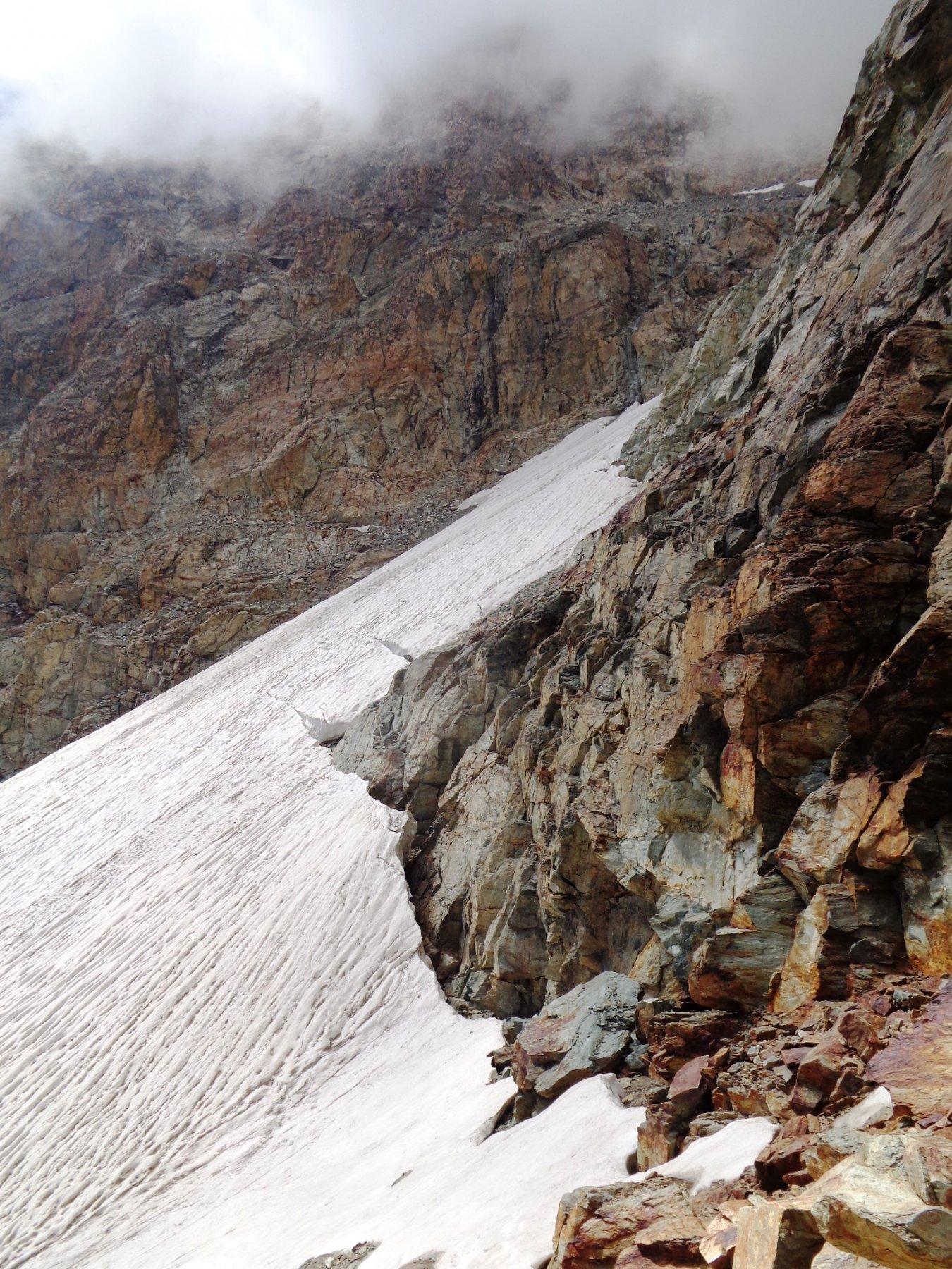 Il ghiacciaio di Viso con evidenti 2 delle 3 spaccature che lo percorrono
