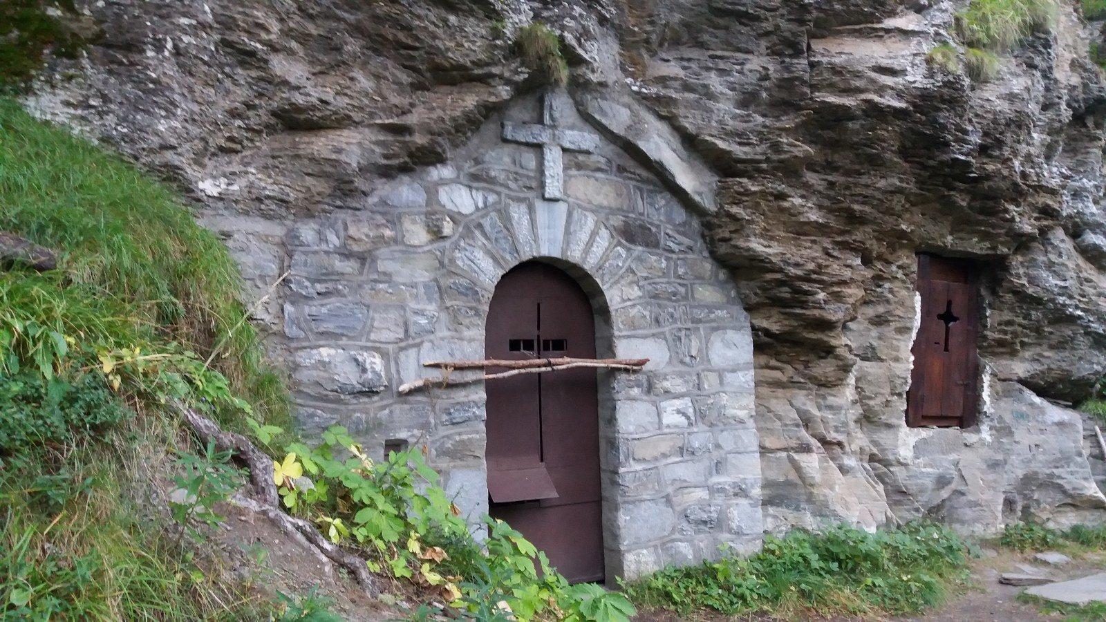 La chiesetta incastonata nella roccia
