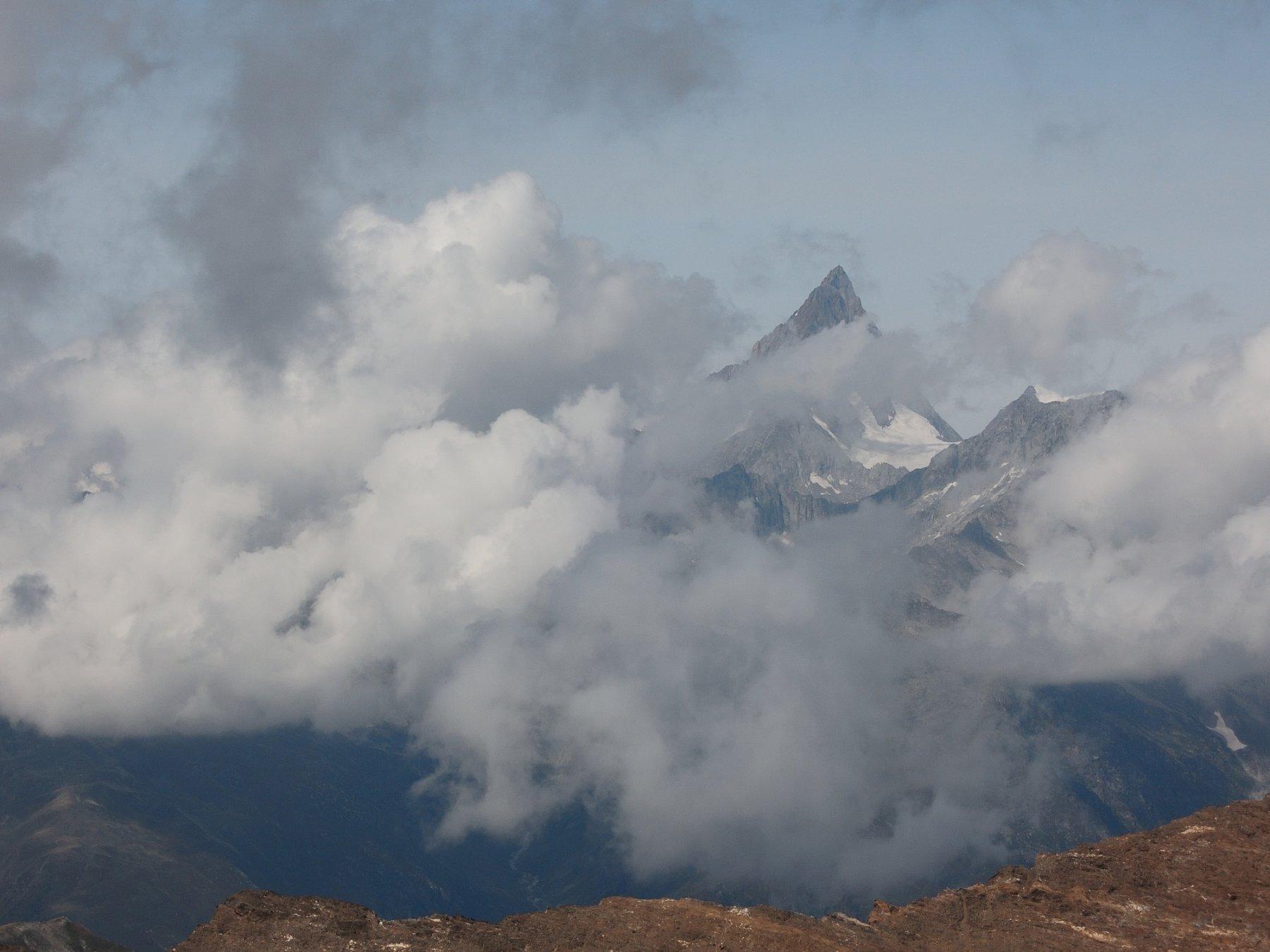 Il Finsteraarhorn appare tra le nuvole