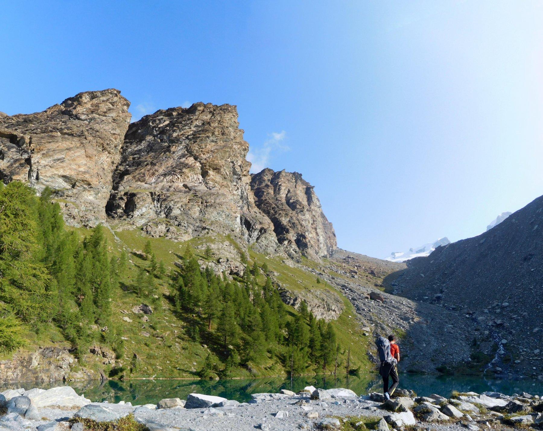 Il Lago Blu con la Rocca di Verra sullo sfondo.