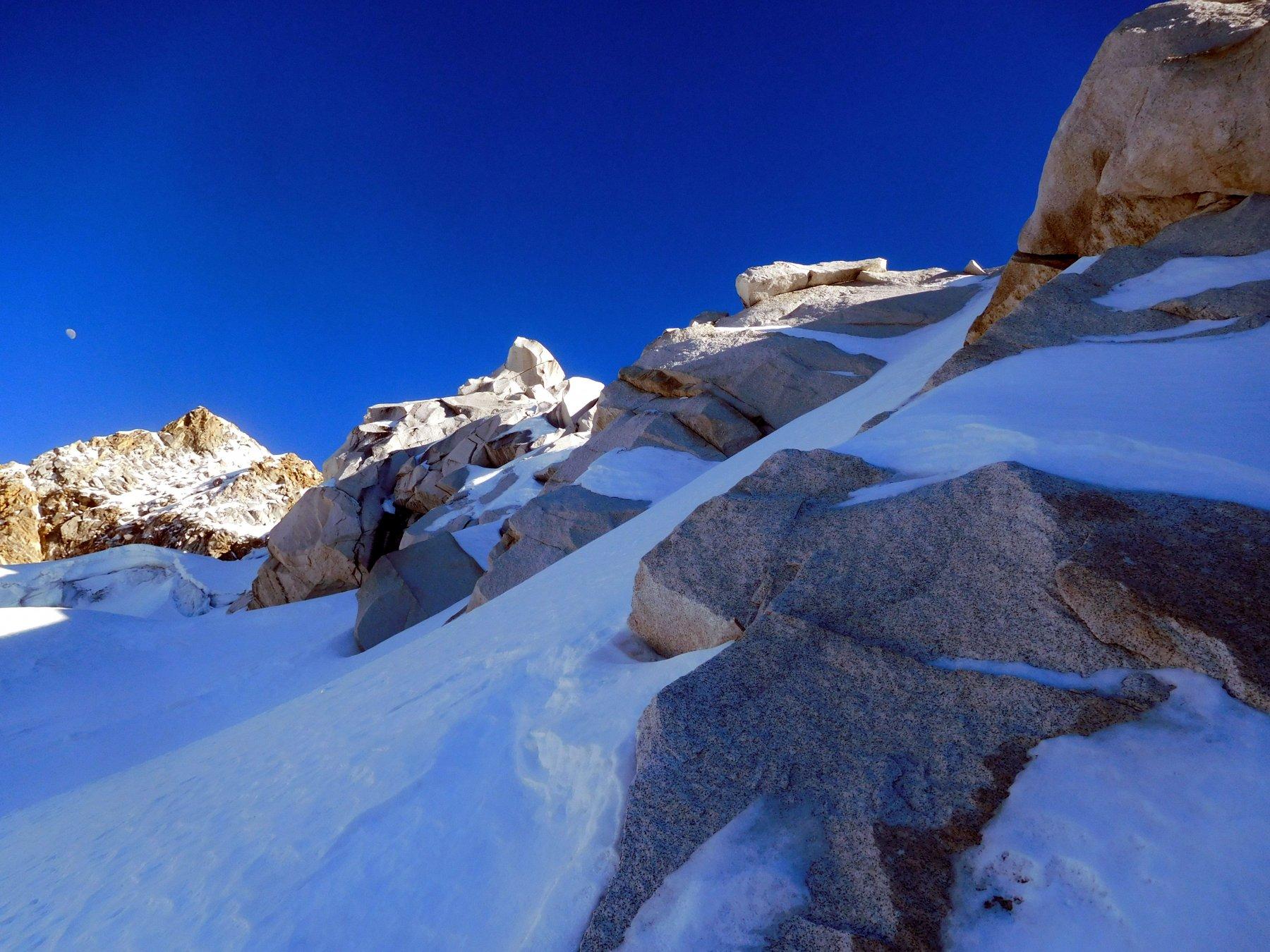 neve e granito, a sinistra la cima dell'Urus Este