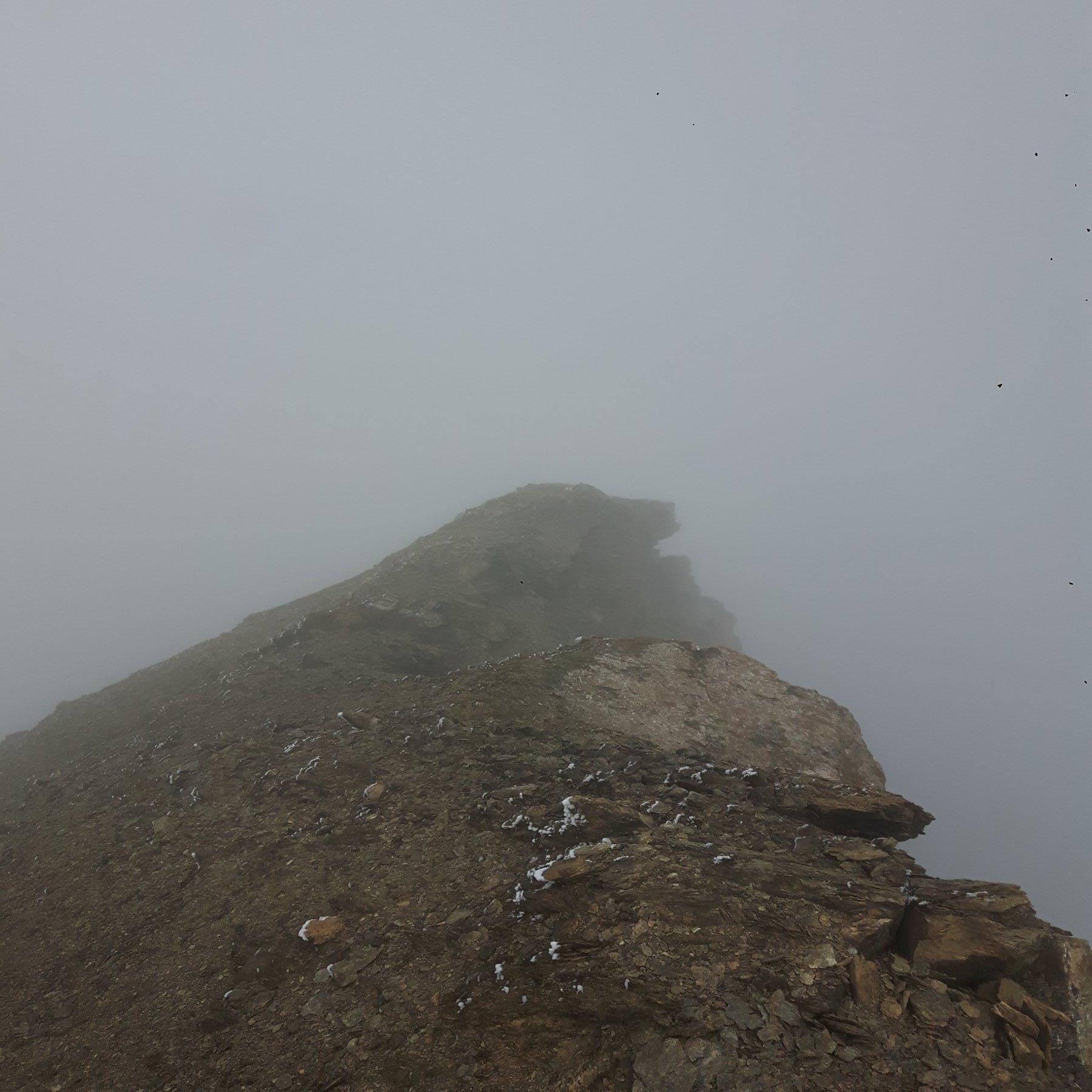 La cima nella nebbia