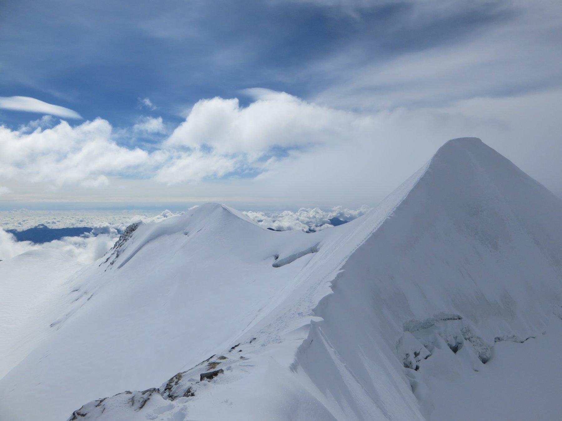 All'uscita in cresta si mostra la figura slanciata della cima del Castore