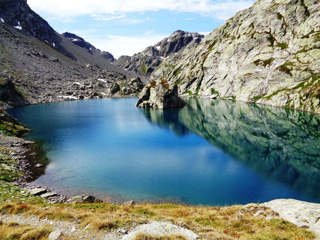 Il 2' lago di Ballacomba con l'isolotto roccioso