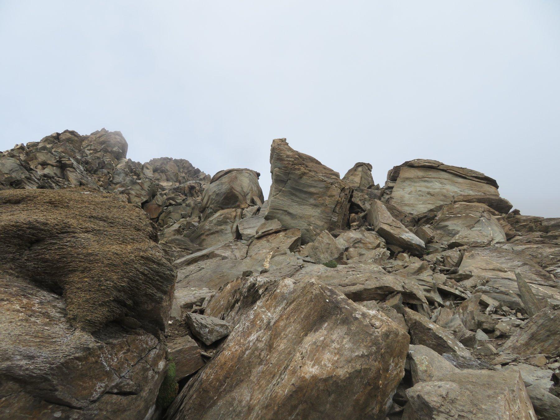salendo rocce e sfasciumi