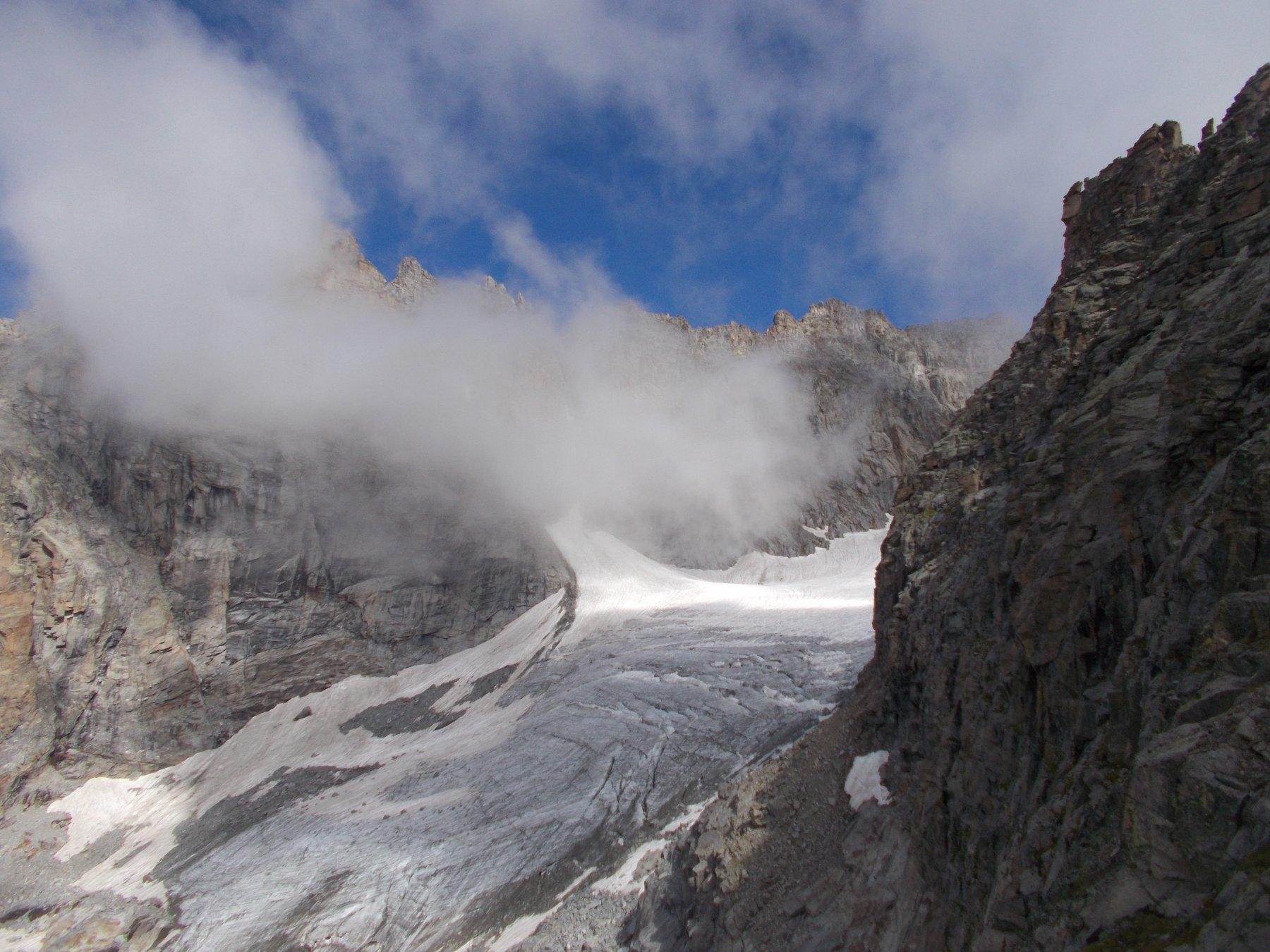 per salire (all'attacco lato ovest) cosi' come a scendere, si attraversa parte di quel che resta del ghiacciaio di Roccia Viva..