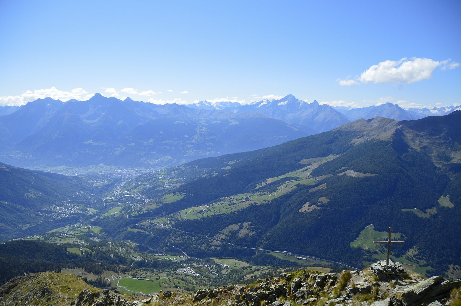 Croce di vetta con Aosta, Emilius e Becca di Nona