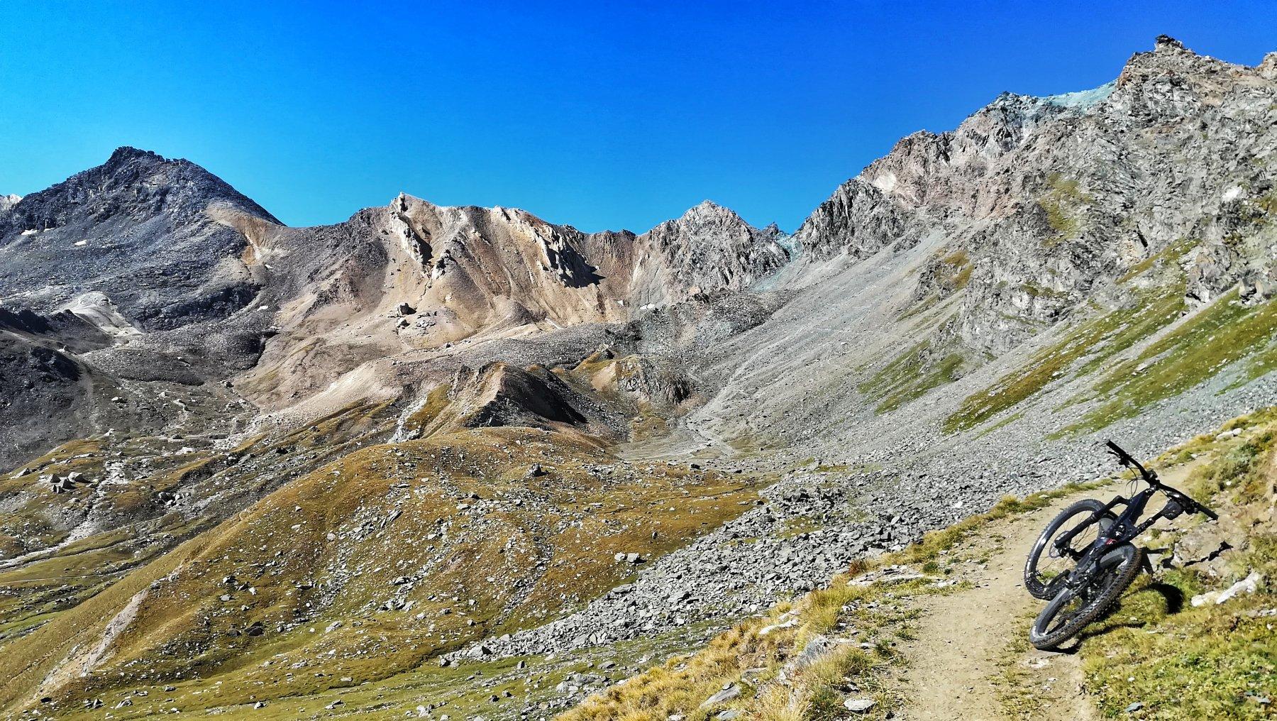 Sentiero ancora scorrevole prima del bivio Loson/Colle della Rossa
