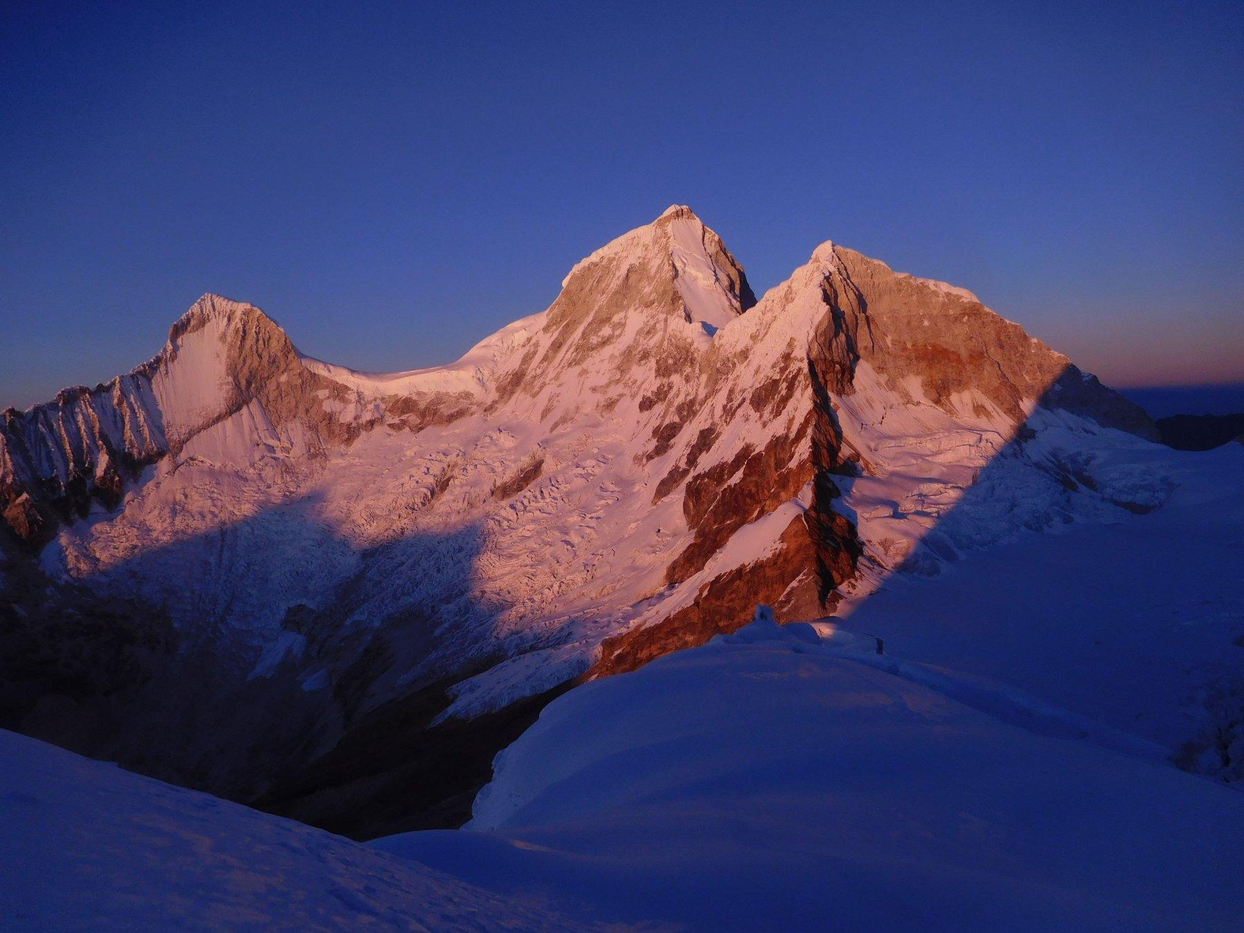 una magica alba illumina tre dei quattro Huandoy