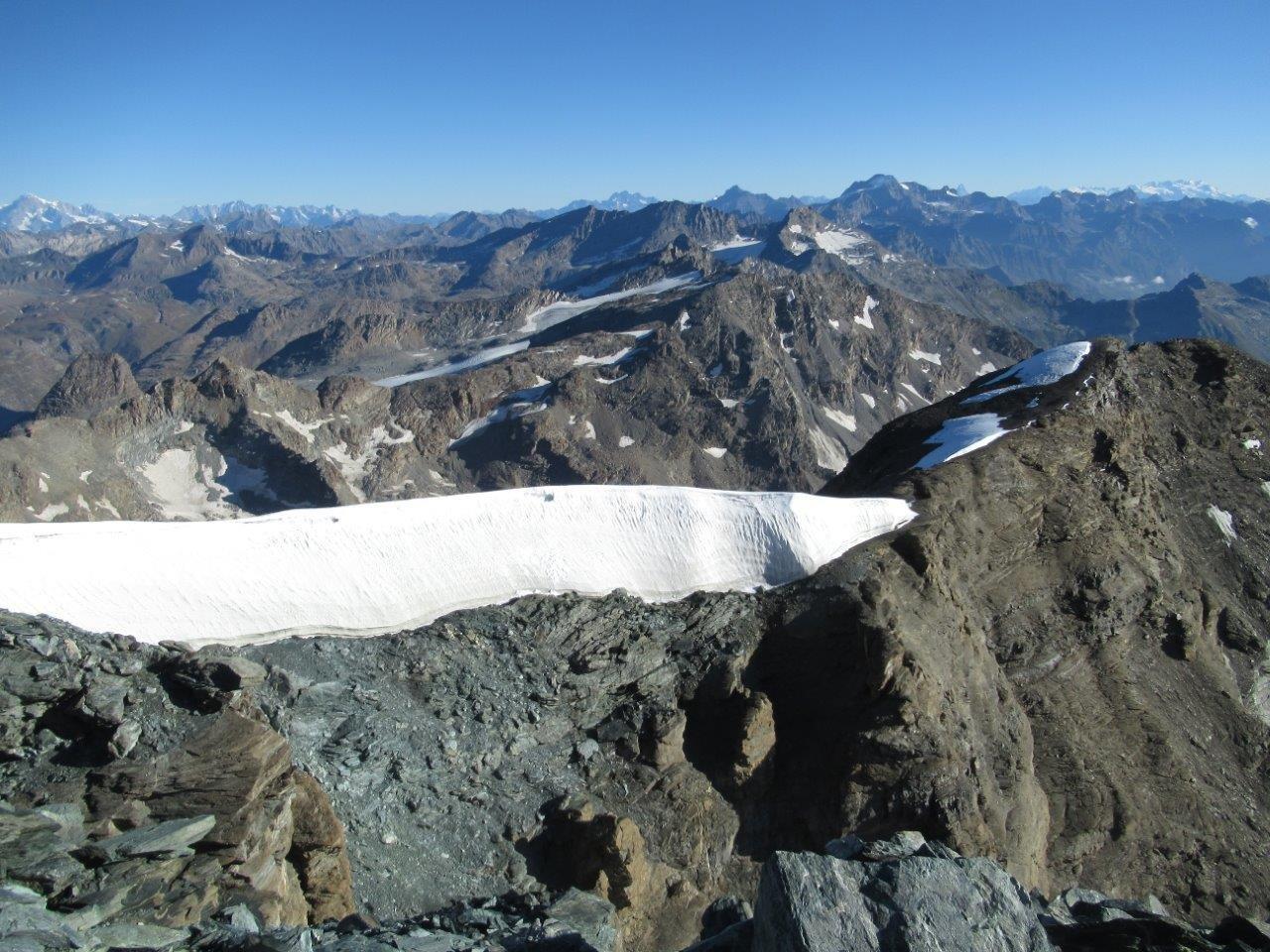 dalla vetta, vista della cresta est (il gruppo del Rosa in alto a dx)