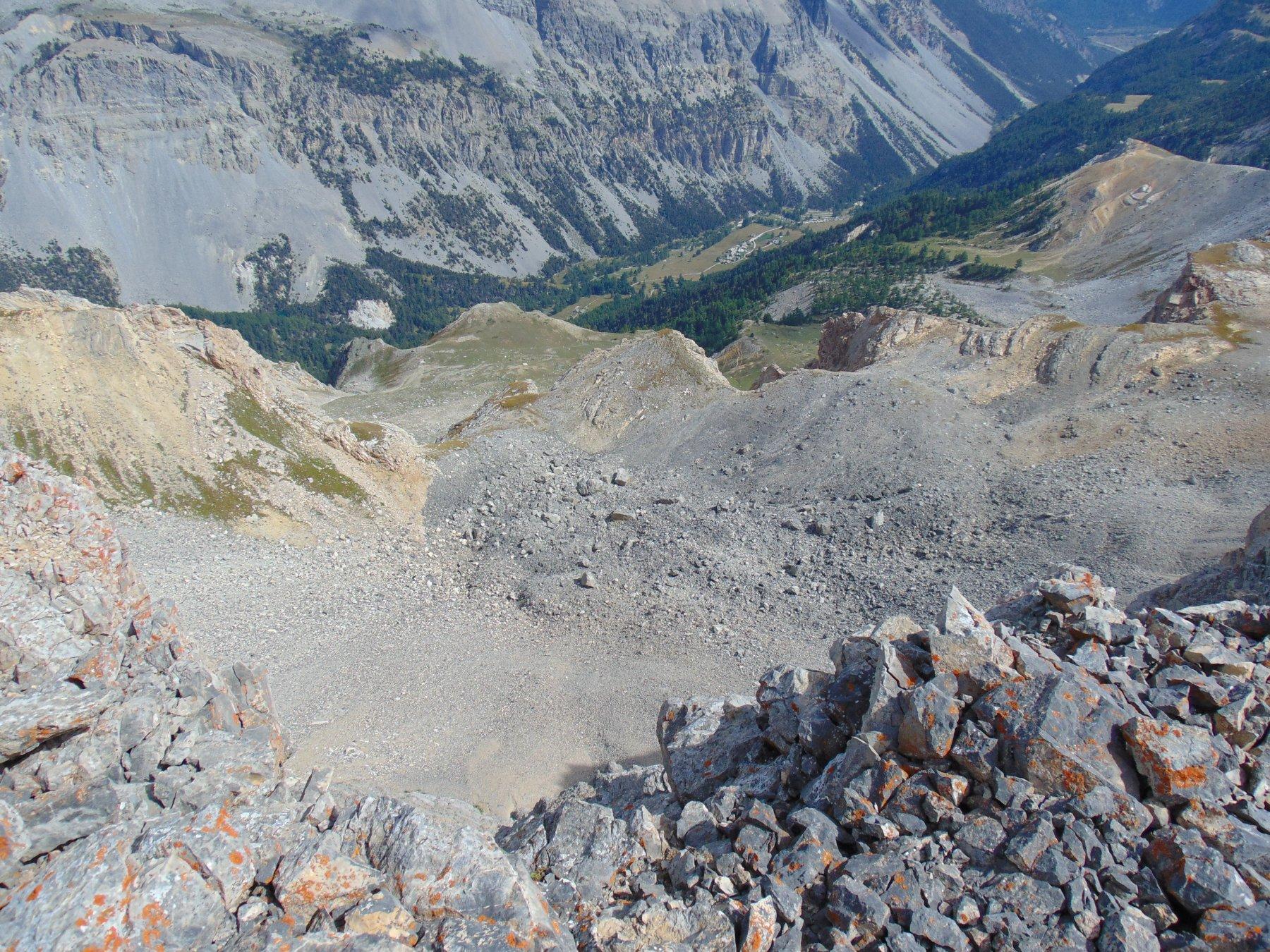 Dalla cima sguardo verso la Valle stretta ed il sottostante piano dell'Enfourant