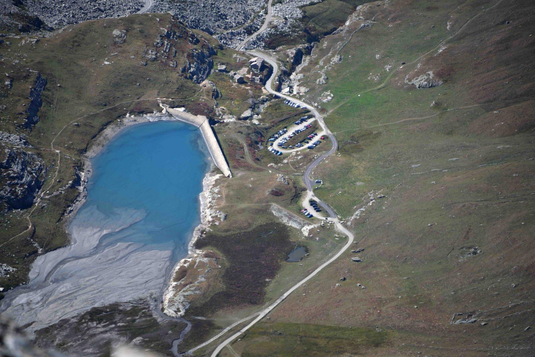 Lago e parcheggio di Le Saut dalla vetta della Grande Sassiere.