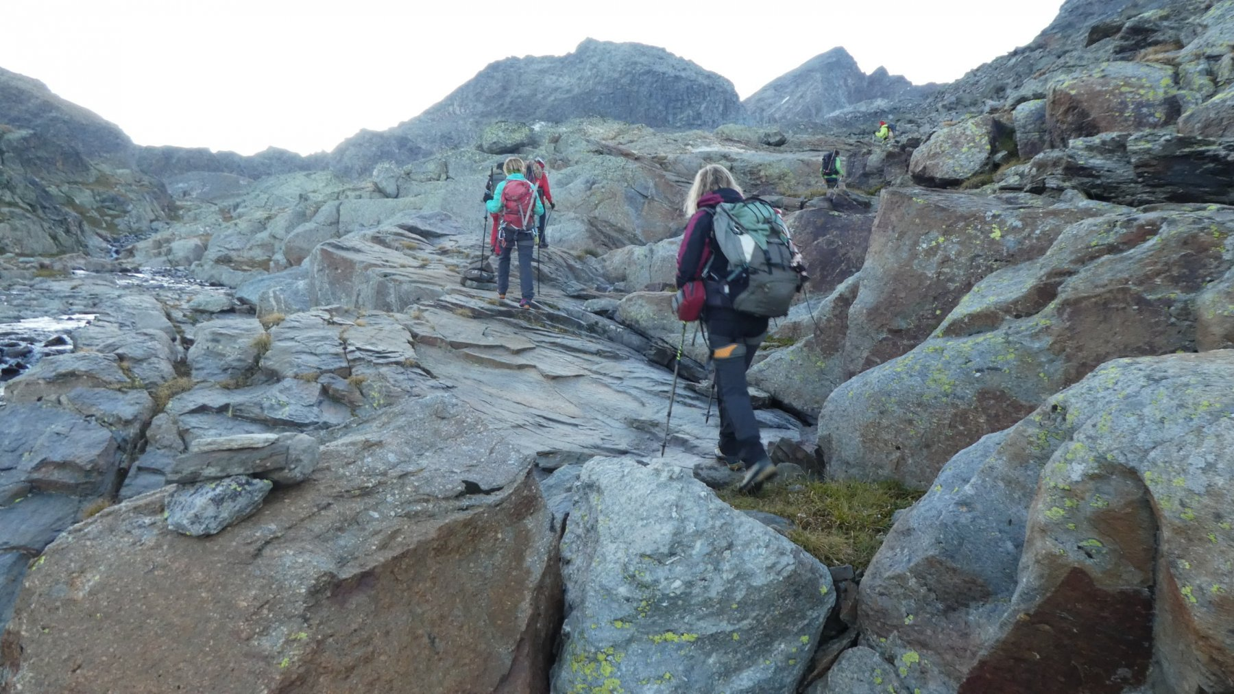 risalendo alcuni roccioni nella Valle nascosta