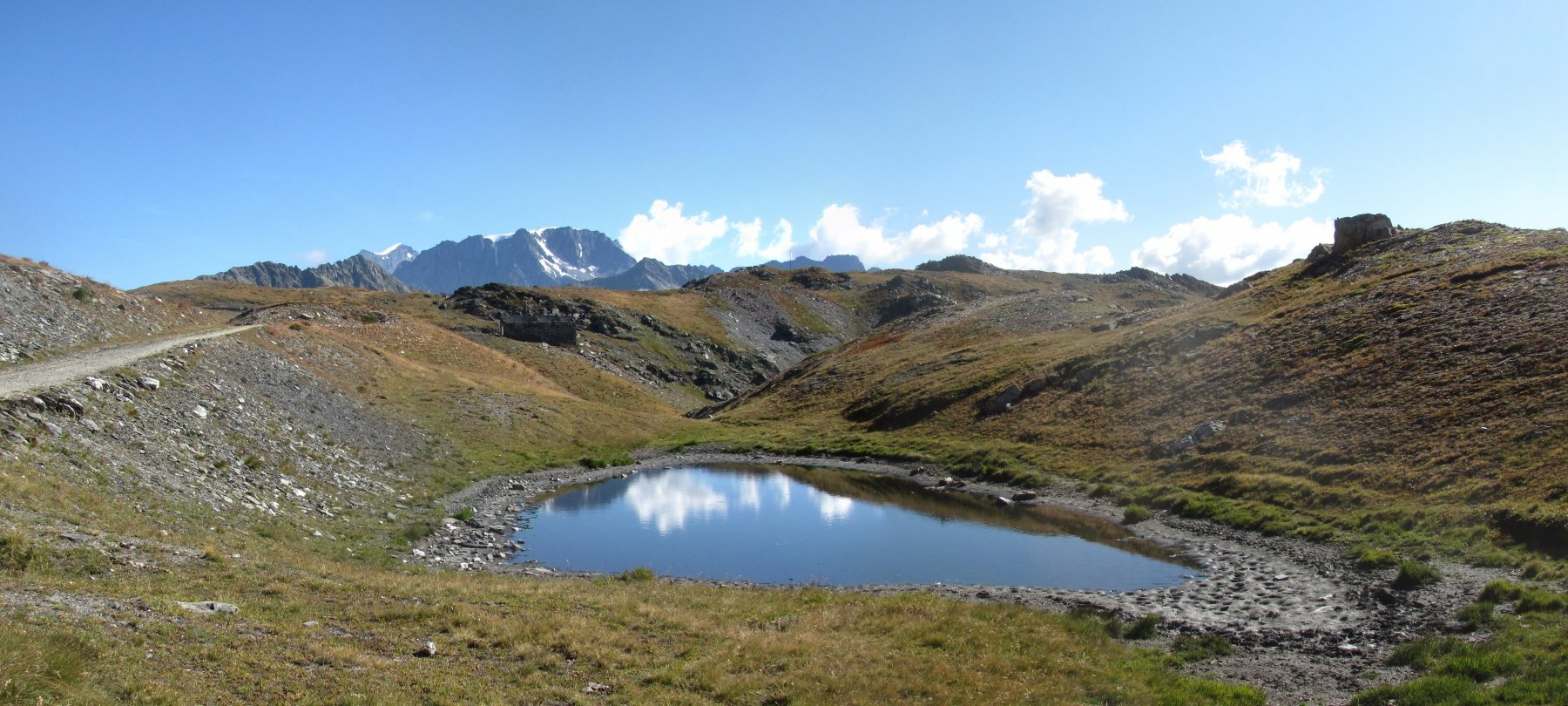 unico laghetto lungo il percorso, con sfondo M. Velan