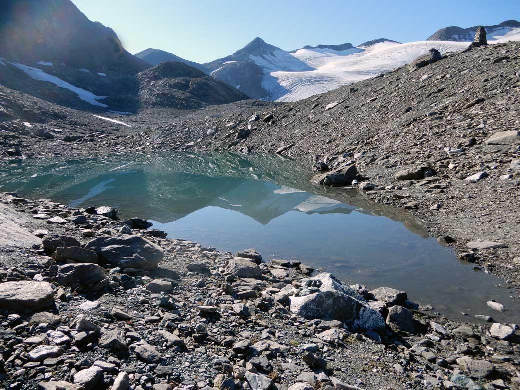 laghetto glaciale e in fondo la becca traversiere
