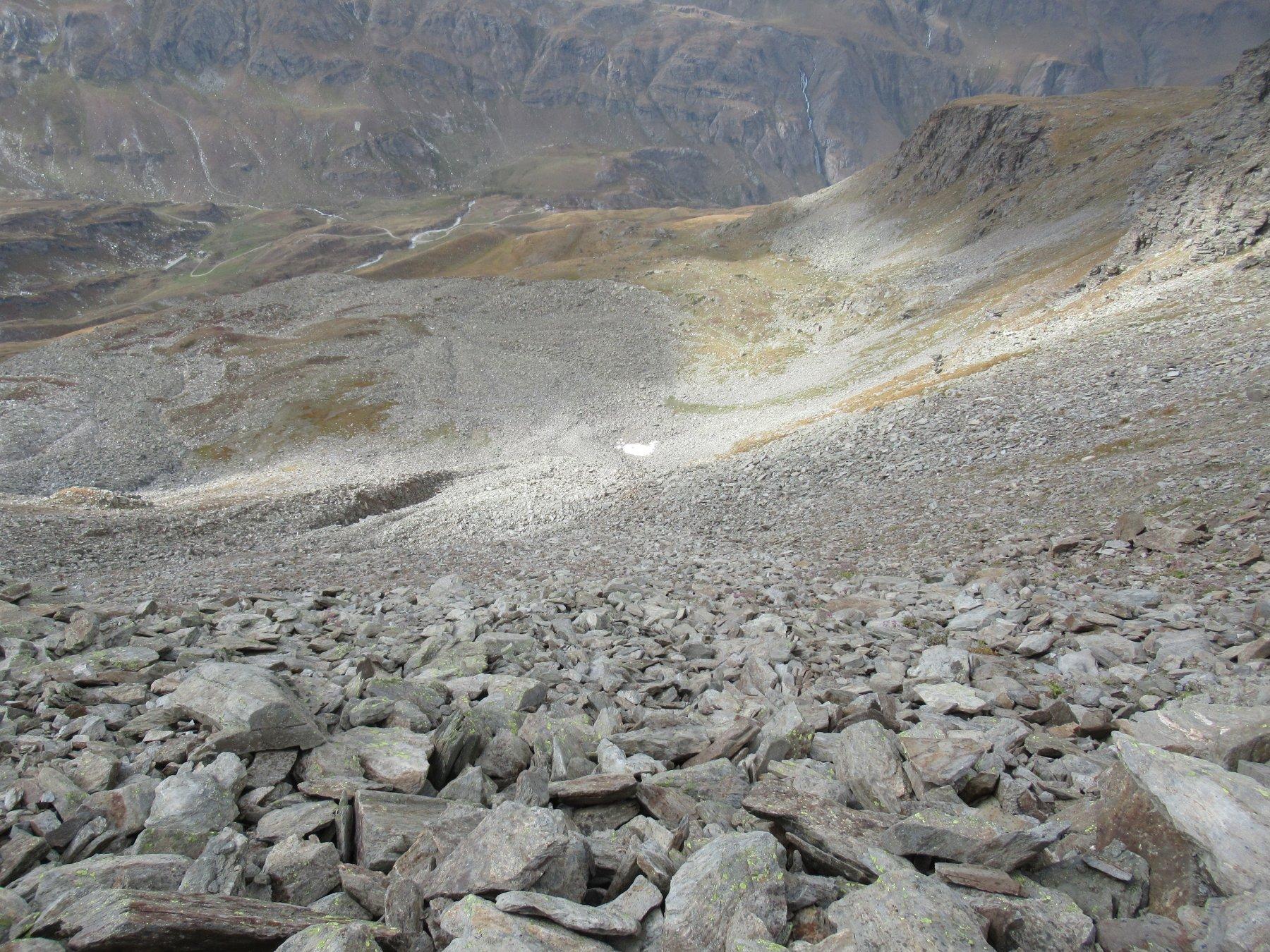 Ripida discesa tra malagevoli pietraie verso il Benevolo