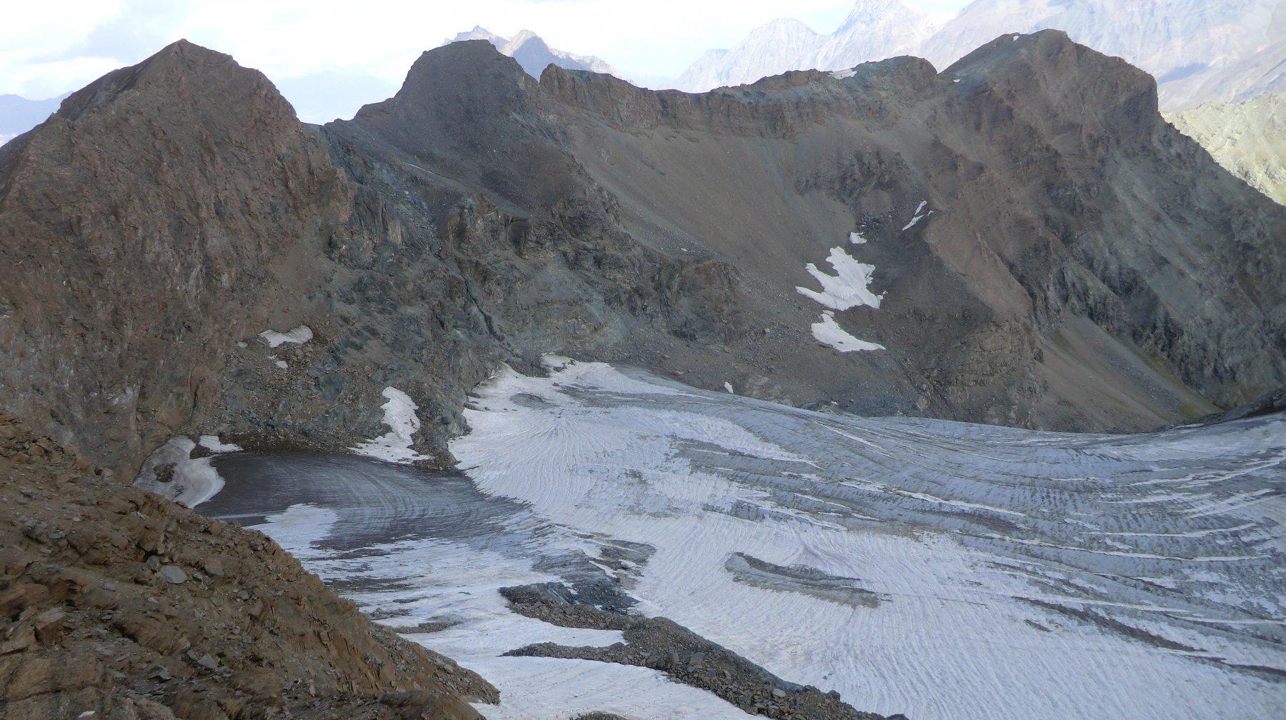 il ghiacciaio, ancora consistente, oltre cresta