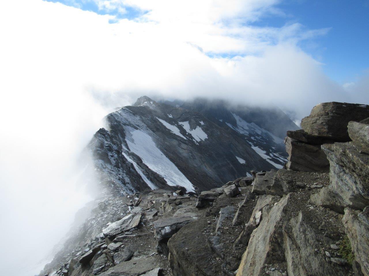 uno sguardo sulla cresta mentre scendevamo e uno squarcio delle nuvole ci consente di vedere