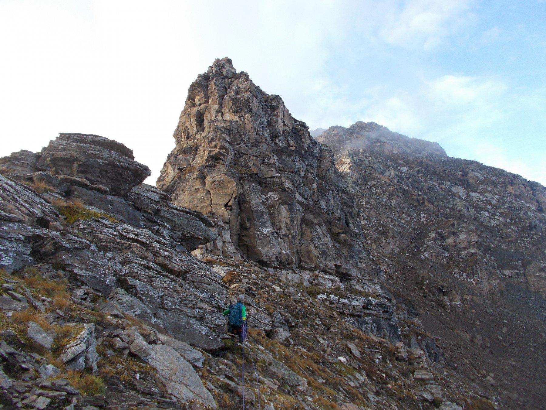 un tratto facile della cresta con visibile in alto al fondo la punta Bettaforca..