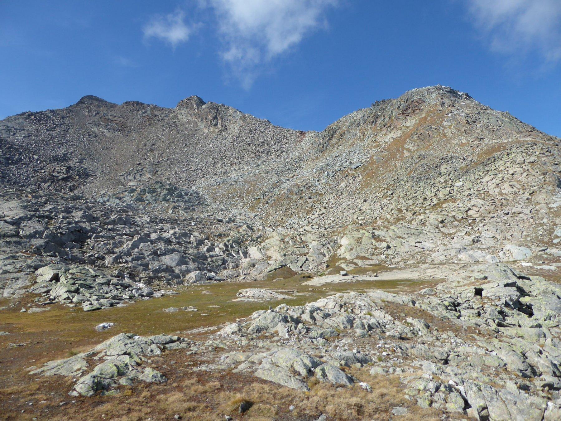 il bel ripiano a 2800 metri: in fondo, un po' spostata a sinistra, la nostra meta