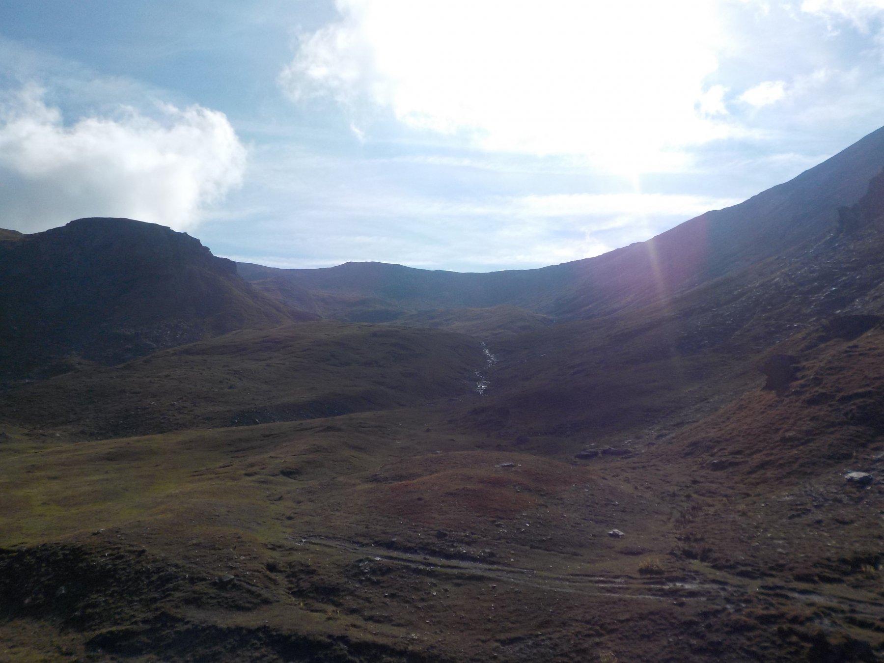 Il colle di Thures (la depressione a destra contro il cielo) visto dai pressi del bivacco (foto Valfrè).