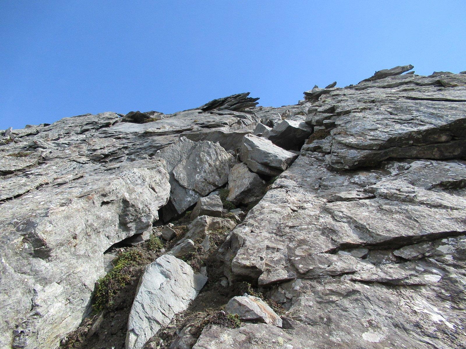 Altro possibile passaggio su gradini erboso-rocciosi per evitare la placca