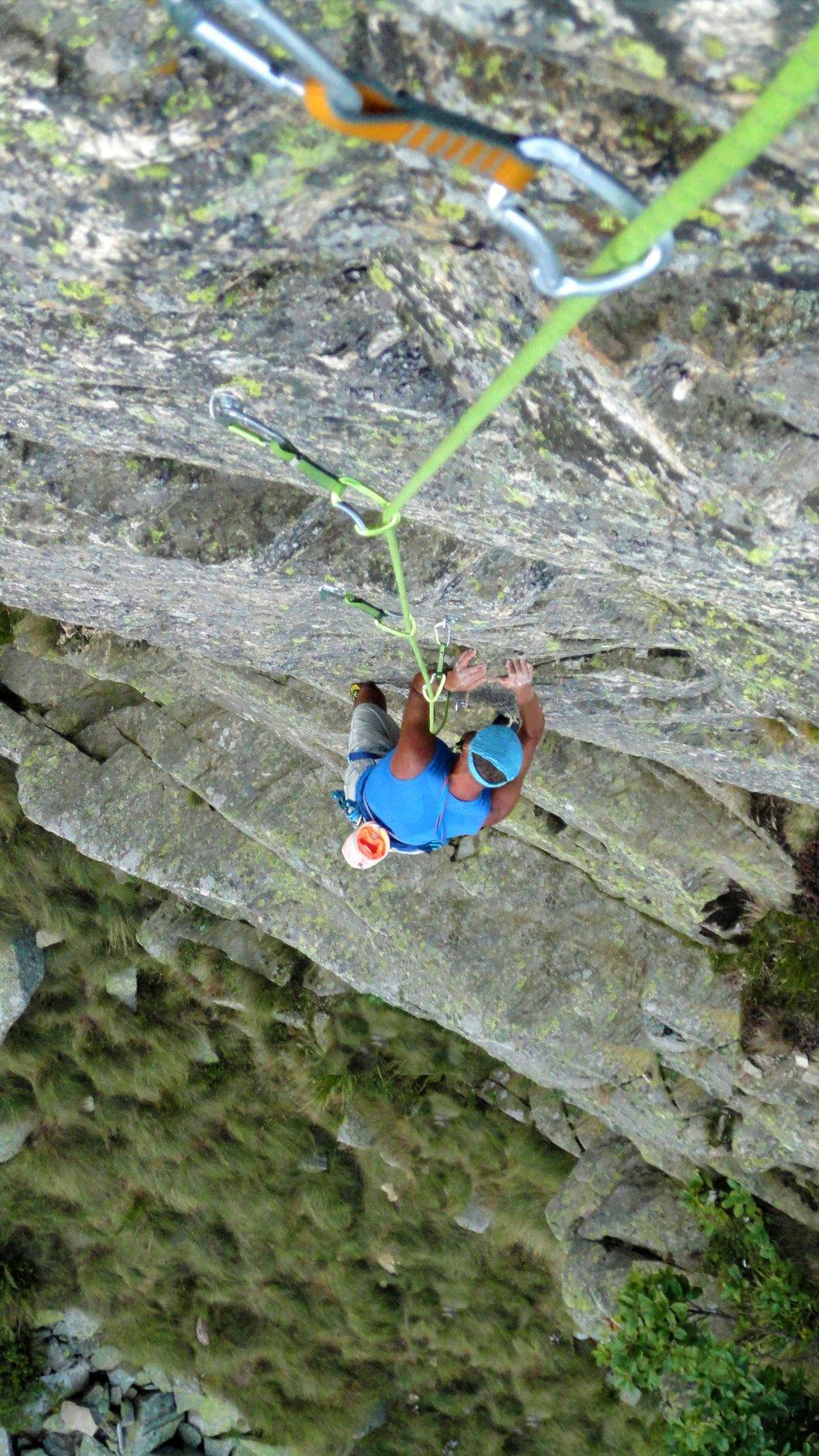 ..a metà del muro verticale del 3° tiro su roccia strepitosa a tacche nette per mani e piedi.. Fantastico..
